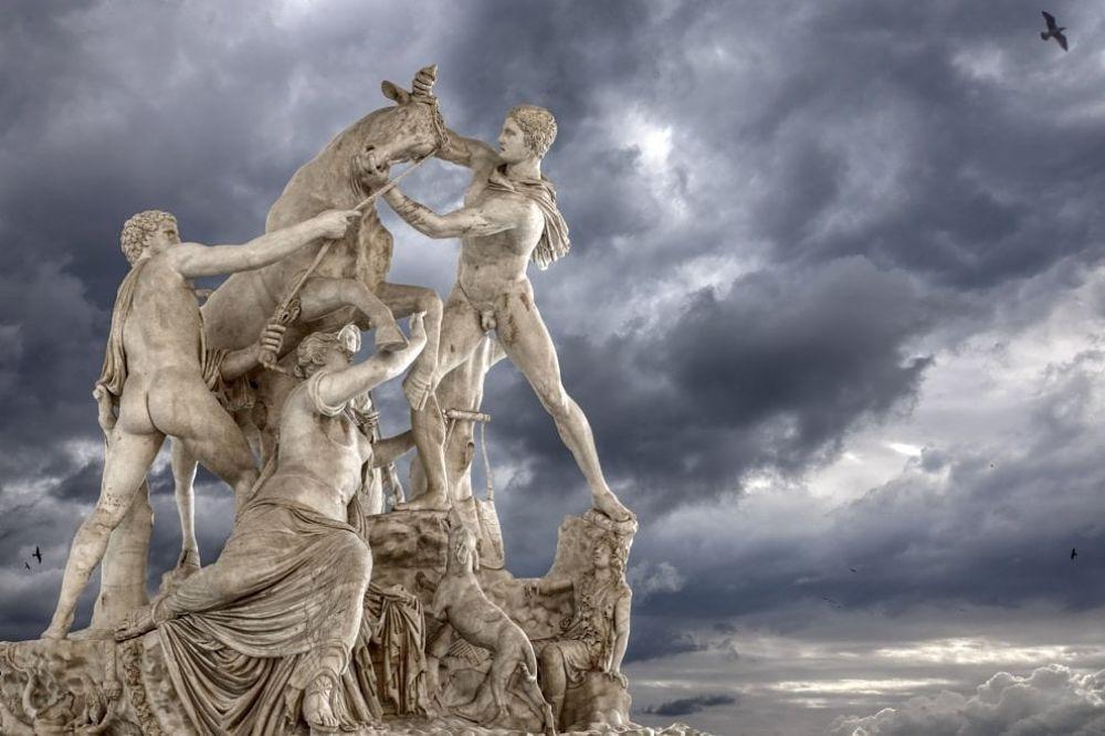 Il gruppo del Toro Farnese e il cielo burrascoso di Napoli