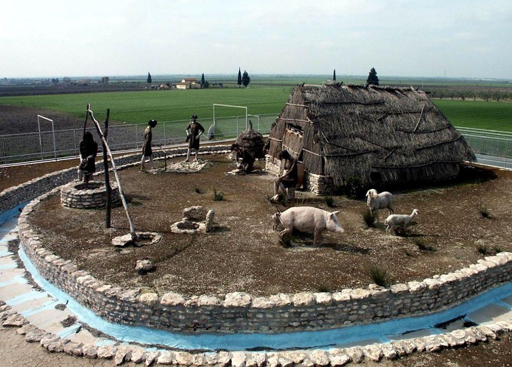 Parco archeologico di Passo di Corvo, ricostruzione di abitazione con scena di vita quotidiana, Foggia
