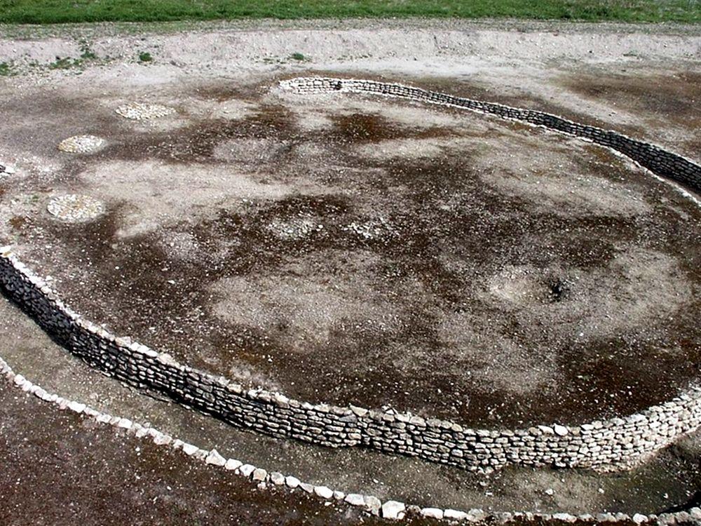 Scorcio di una delle trincee a 'C' che circondavano le abitazioni dell'insediamento di Passo di Corvo, Foggia