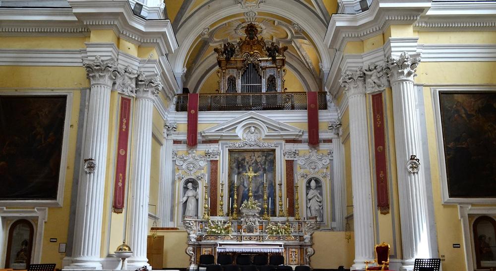 Altare maggiore della chiesa di S. Severo Fuori le Mura, nel Rione Sanità a Napoli - Ph. Giuseppe Guida