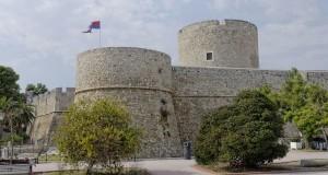 Castello di Manfredonia: sfondato il muro di una delle torri interne