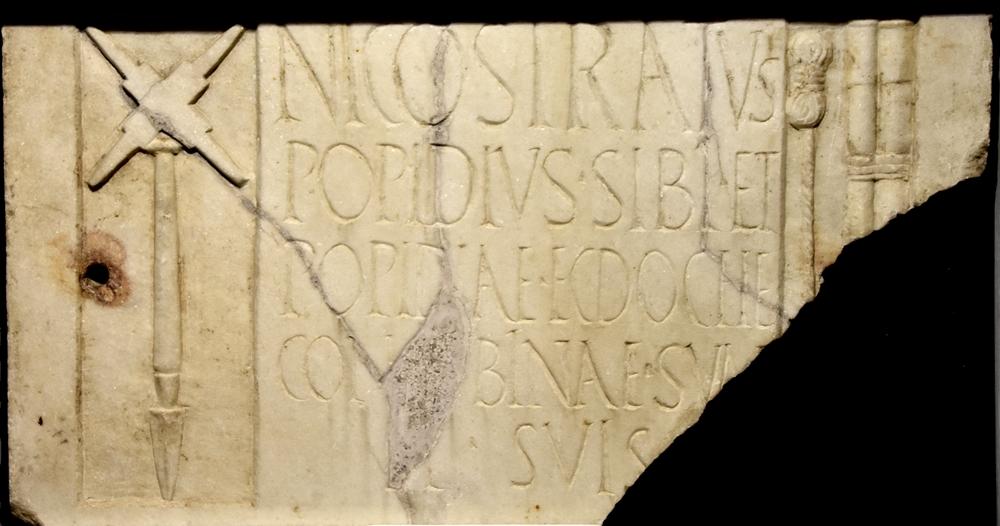 Rilievo di Popidius Nicostratus , con raffigurazione di attrezzi agrimensori, Antiquarium di Boscorelae (Napoli)