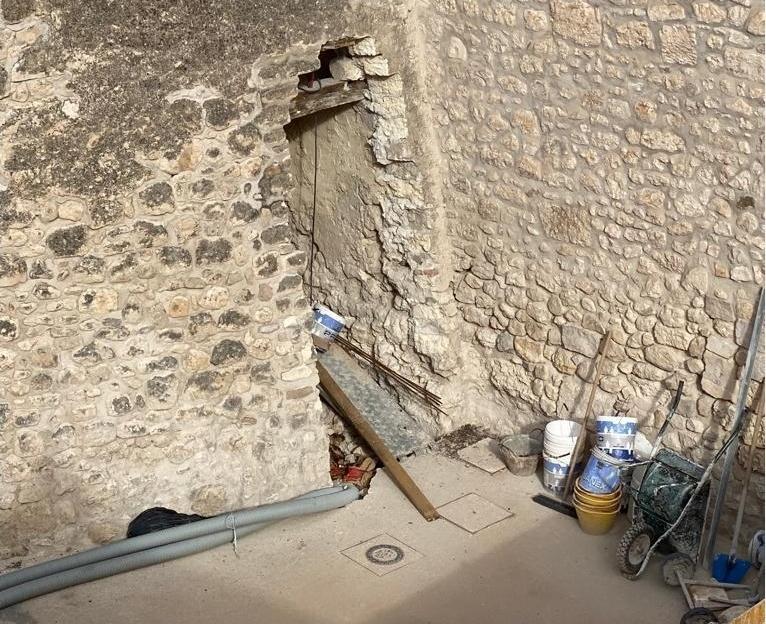 La lacerazione praticata nel muro della torre del castello appare già cantierizzata - Image courtesy by Manfredonianews.it