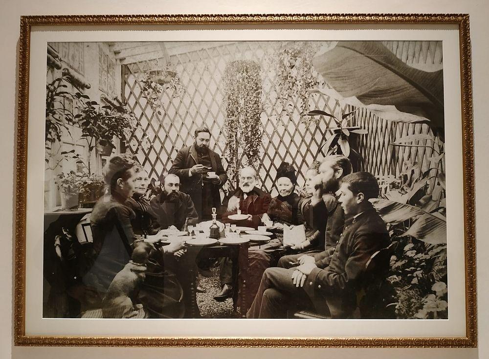 Nel salotto esterno di casa De Nittis, a Saint-Germain-en-Laye: da dx. si riconoscono il figlio Jacques, Mathilde Bonaparte, Jules Claretie,  Émile Zola con la moglie e, in piedi, il pittore - Collez. privata