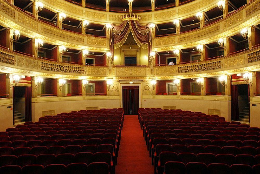 Interno del Teatro Comunale Piccinni. Sul fondo il fastoso Palco Reale