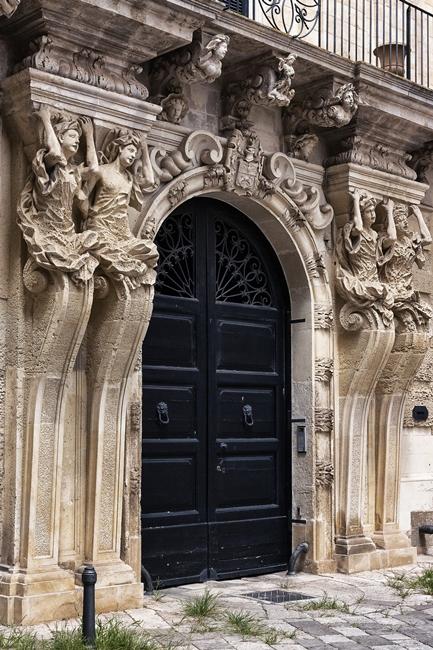 Fastoso portale di palazzo nobiliare, Lecce
