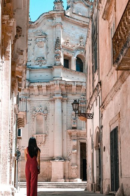 Per le vie di Lecce. Sullo sfondo la Chiesa di S. Matteo, XVII secolo
