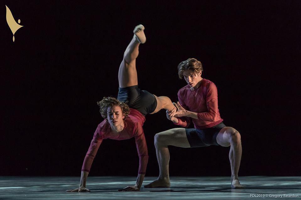 Marco Maciari (a sin.) durante una coreografia - Ph. Gregory Batardon per Prix de Lausanne