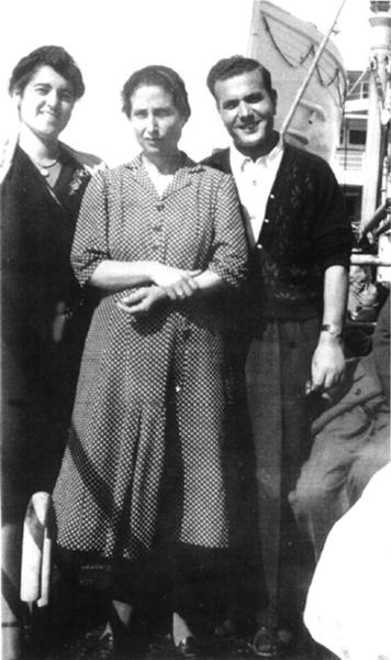 Tusiani con la madre e una passeggera sulla nave Saturnia diretta a New York, 1947