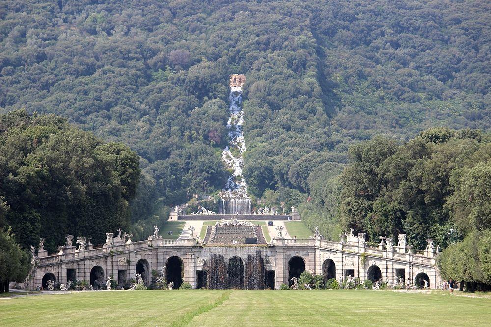 Veduta d'insieme della Fontana di Eolo con sullo sfondo la grande cascata dell'Acquedotto Carolino - Image source