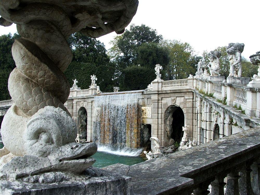 Fontana di Eolo: scorcio della balaustra superiore - Image source
