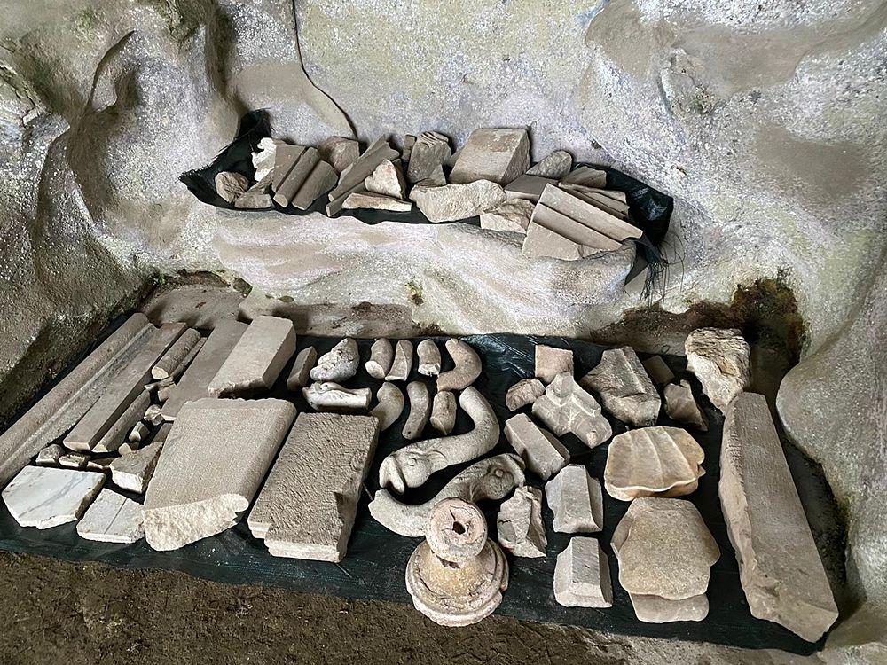 Frammenti di cornici e decorazioni ritrovate nella Grotta di Eolo - Image by Reggia di Caserta