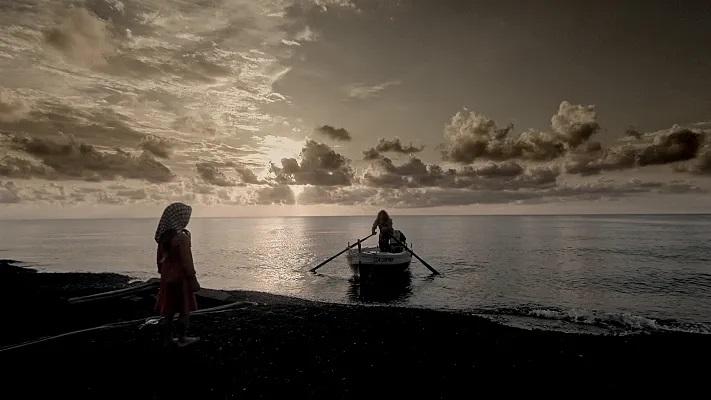 Sulla spiaggia di Stromboli Maria saluta il nonno durante la sua ultima uscita in mare