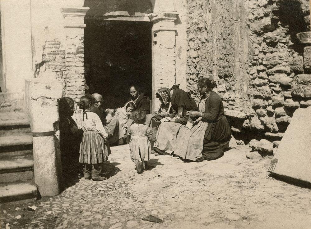 Laval Nugent, Gruppo di donne e bambini sull'uscio di casa, XIX-XX secolo - Coll. Diciocia