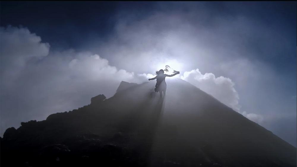 Maria corre tra le volute di fumo del cono vulcanico