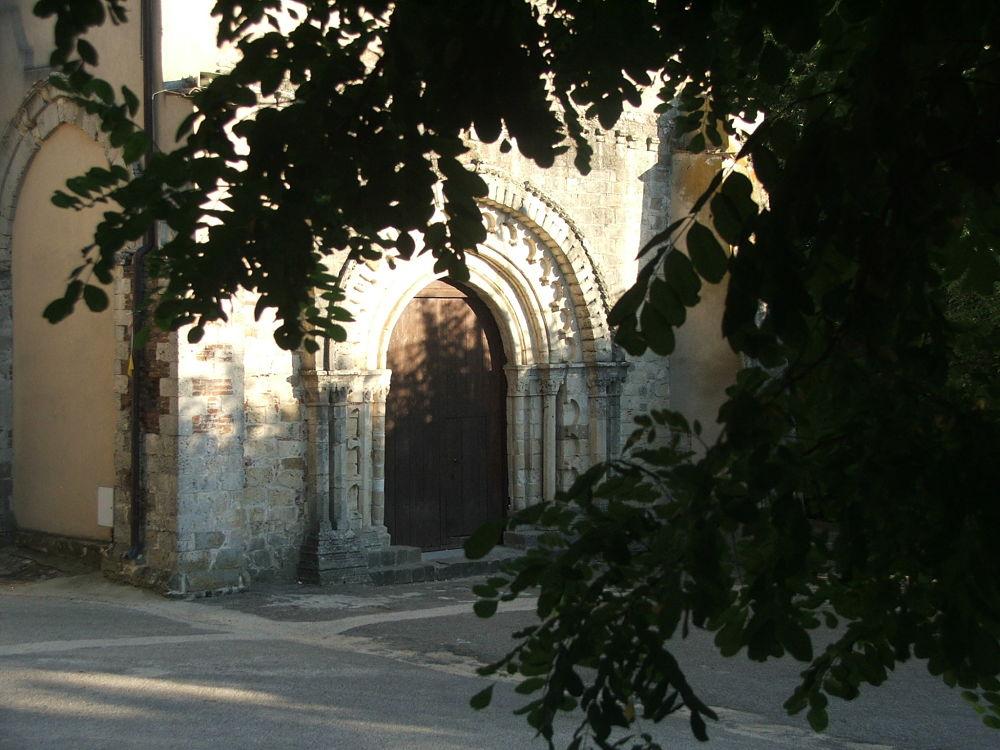 Scorcio dell'Abbazia della Sambucina e del suo antico portale - Image source
