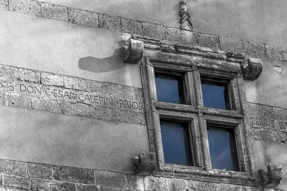 """Finestra """"guelfa"""" sul portale della Sambucina e iscrizione seicentesca"""