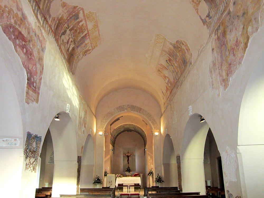 Scorcio della navata centrale con i resti di affreschi del XII-XIV sec. - Ph. © Alessandro Romano