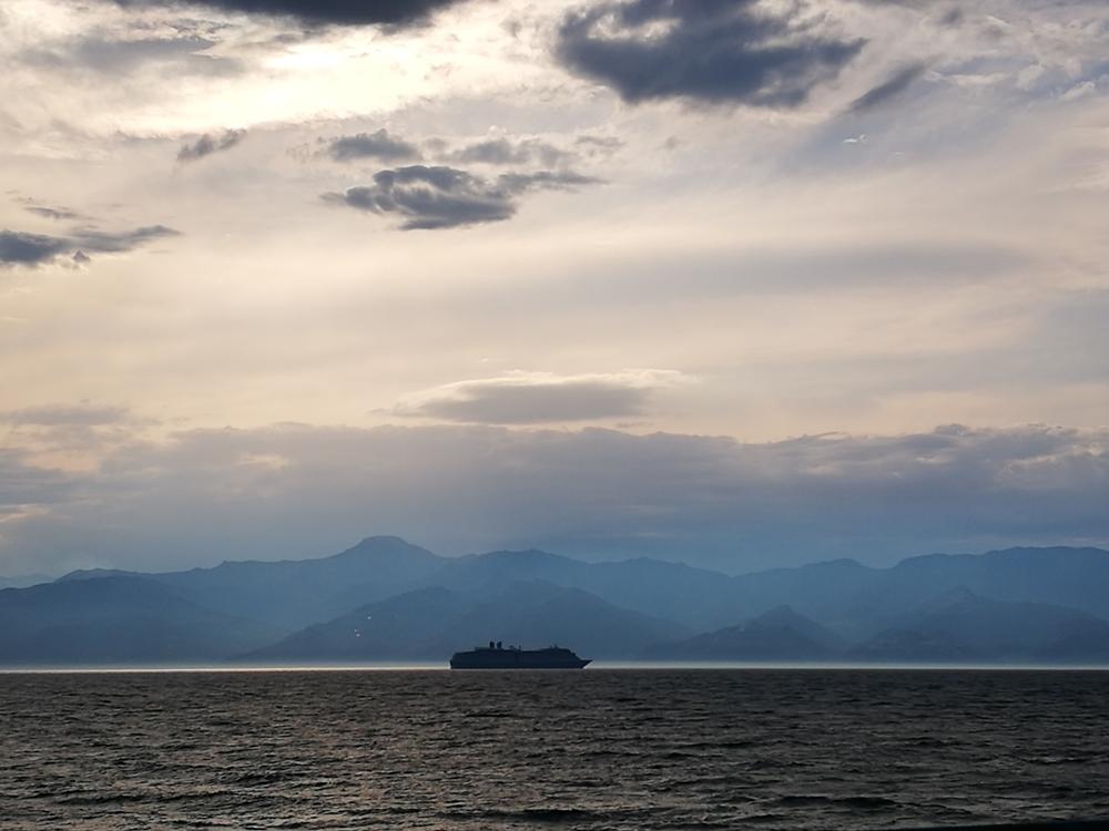 Vista mattutina sullo Stretto di Messina dal lungomare di Reggio Calabria