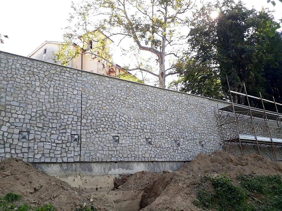 Muro di contenimento che ha praticamente coperto la chiesa