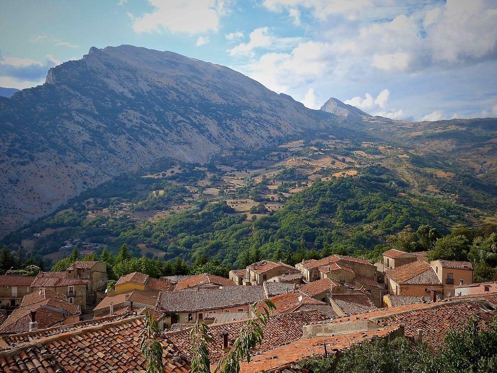 Scorcio di San Lorenzo Bellizzi con l'omonima Timpa - Ph. © Stefano Contin