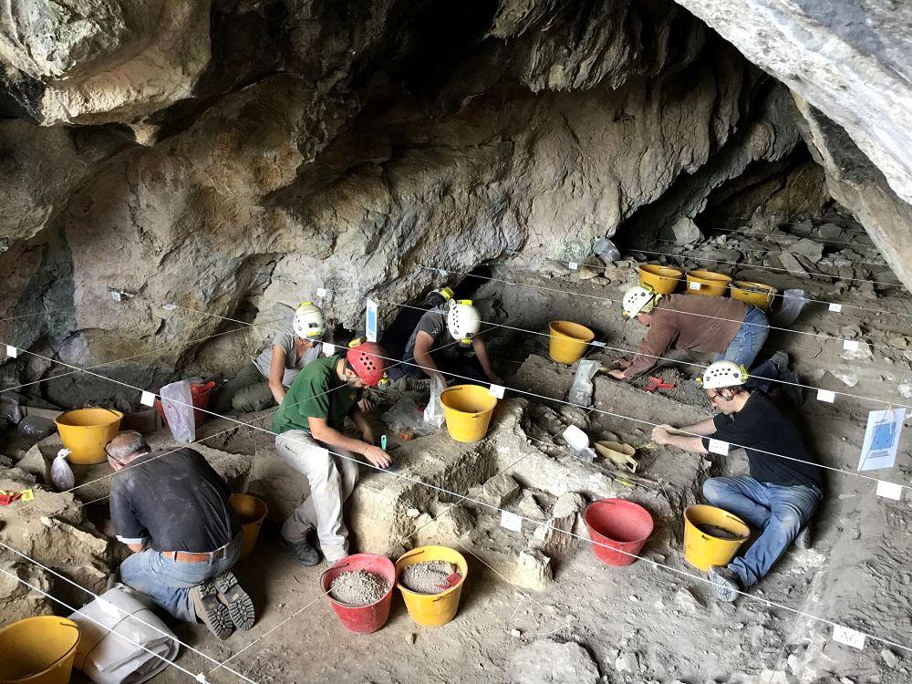 Archeologi al lavoro nella grotta di Pietra Sant'Angelo, a S. Lorenzo Bellizzi (Cs)