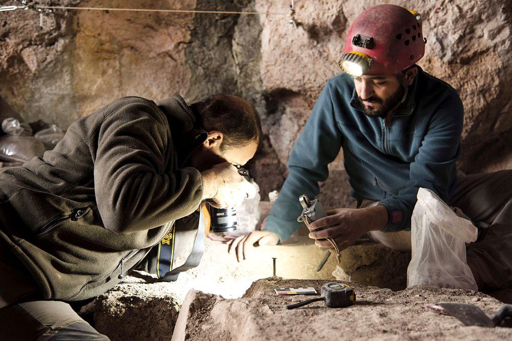Gli archeologi effettuano rilievi nella Grotta di Pietra Sant'Angelo