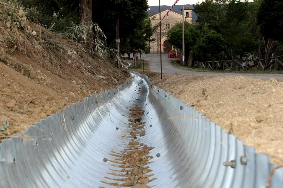 Part. dell'orrendo sistema di canalizzazione a vista delle acque meteoriche tramite lamiera d'acciaio ondulata