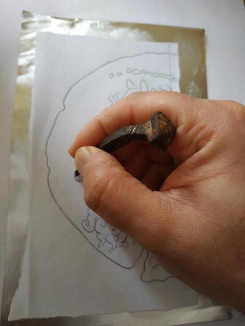 Il disegno viene trasferito sulla lastra di metallo