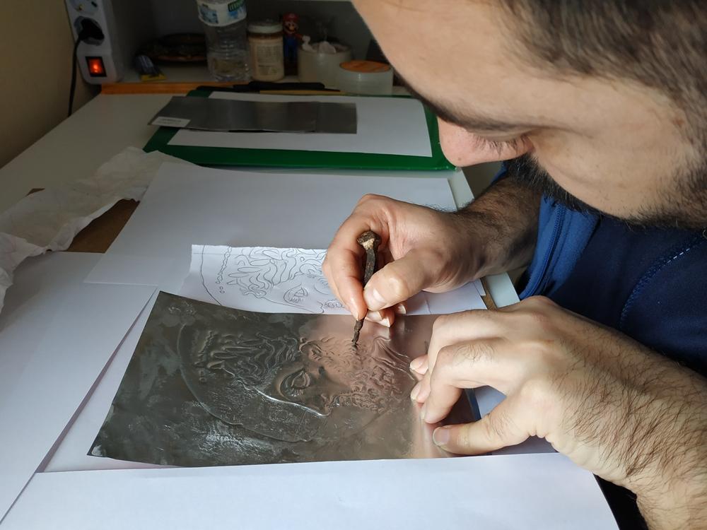 Angelo Ventimiglia al tavolo da lavoro inizia a dare volume all'immagine