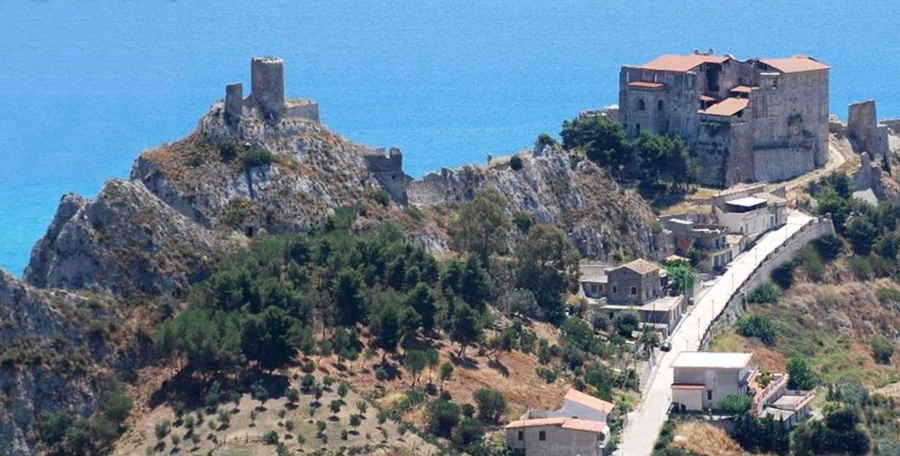 La rupe di Roccella Jonica (RC) coi resti della cittadella medievale, vista da monte