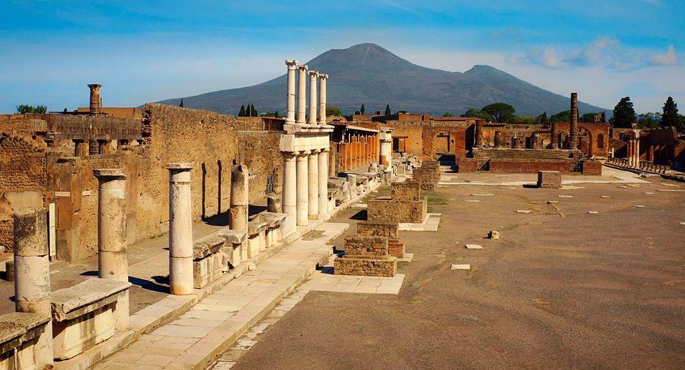 Scorcio del Parco Archeologico di Pompei con il Foro e il Vesuvio