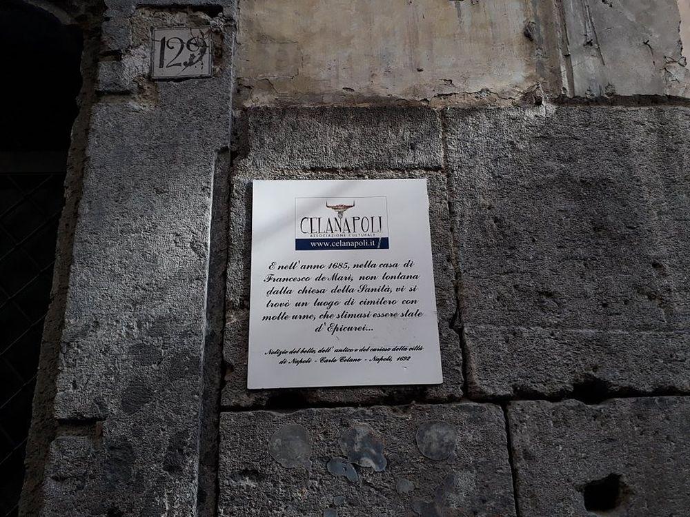 L'ingresso dell'Associazione Celanapoli, in via S. Maria Antesaecula 126/29