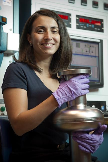 Anna Grassellino durante il suo lavoro al Fermilab - Ph. Reidar Hahn/Fermi National Accelerator Laboratory