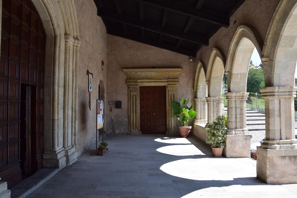Portico d'ingresso del Convento di S. Bernardino. In fondo il portale d'ingresso dell'Oratorio dei Nobili - Ph.