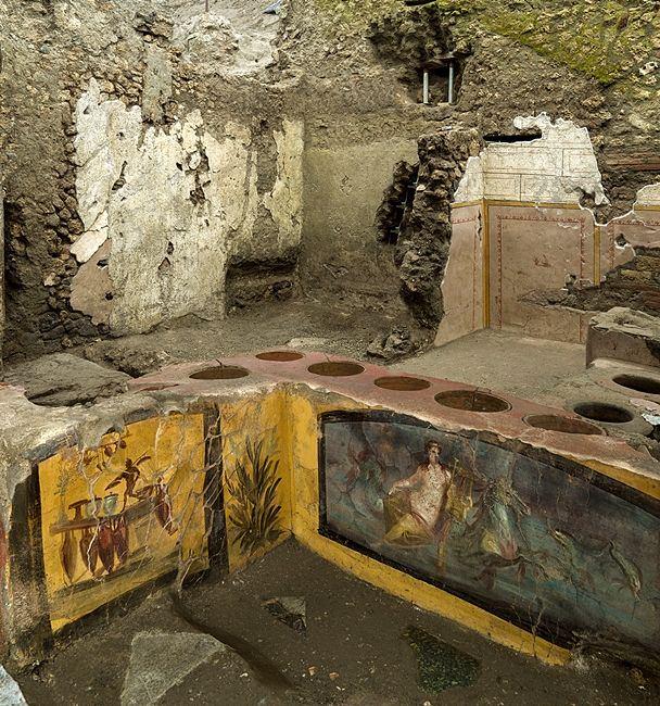 I primi due bracci del bancone del thermopolium, Pompei - Ph. © Luigi Spina