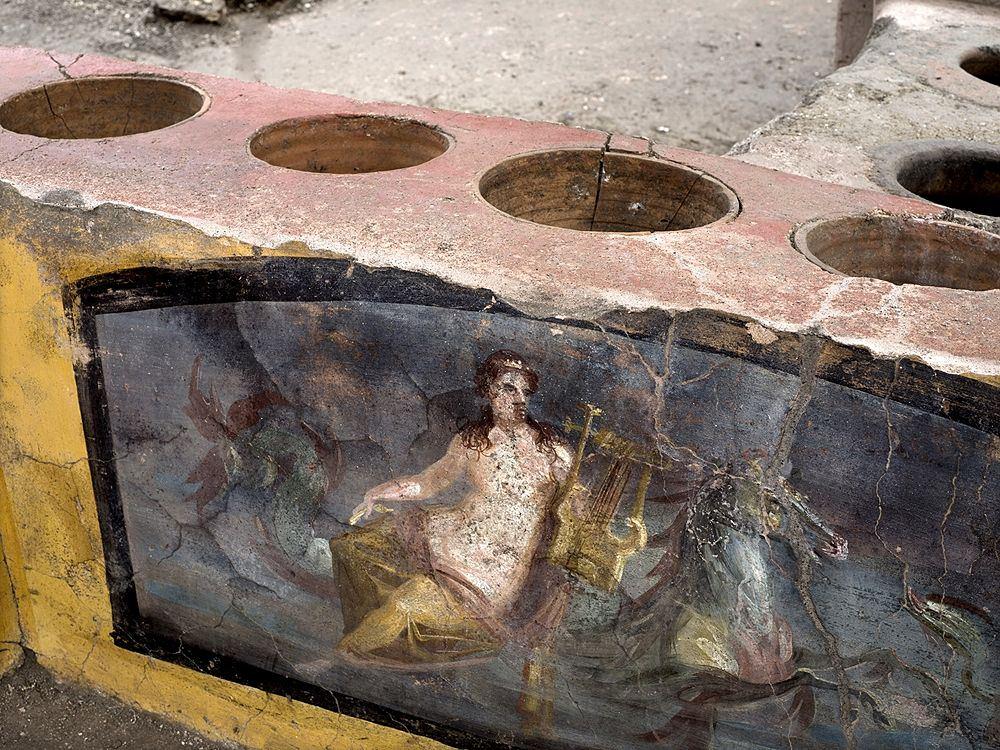 I dolia incassati nel bancone del thermopolium, Pompei - Ph. © Luigi Spina