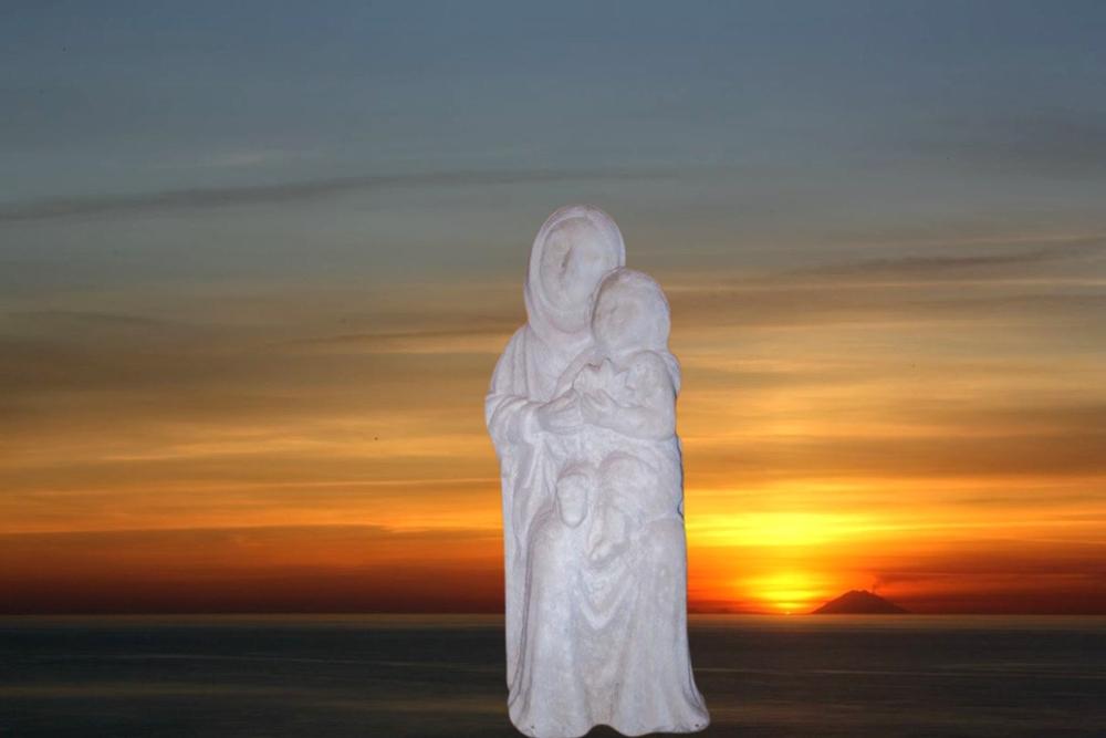 La Madonna del Pane. Sullo sfondo il mare di Amantea (Cs) e l'isola di Stromboli