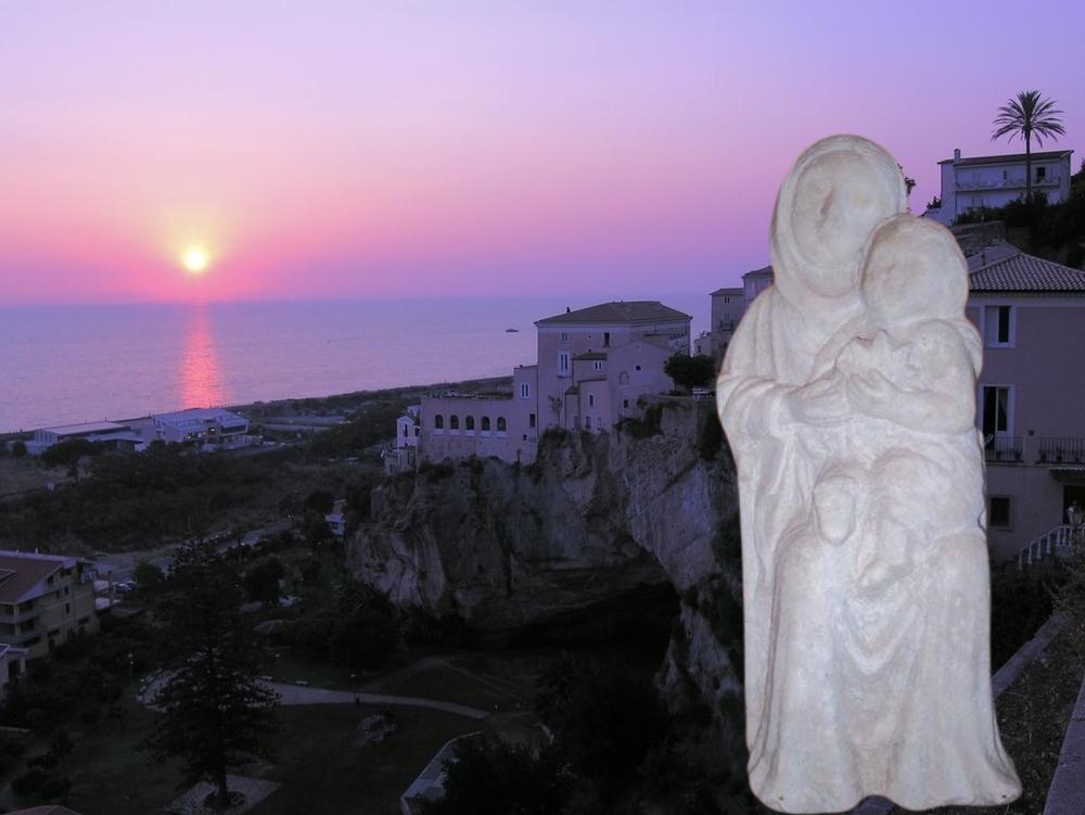 La piccola Madonna del Pane sullo sfondo di Amantea al tramonto - Ph.