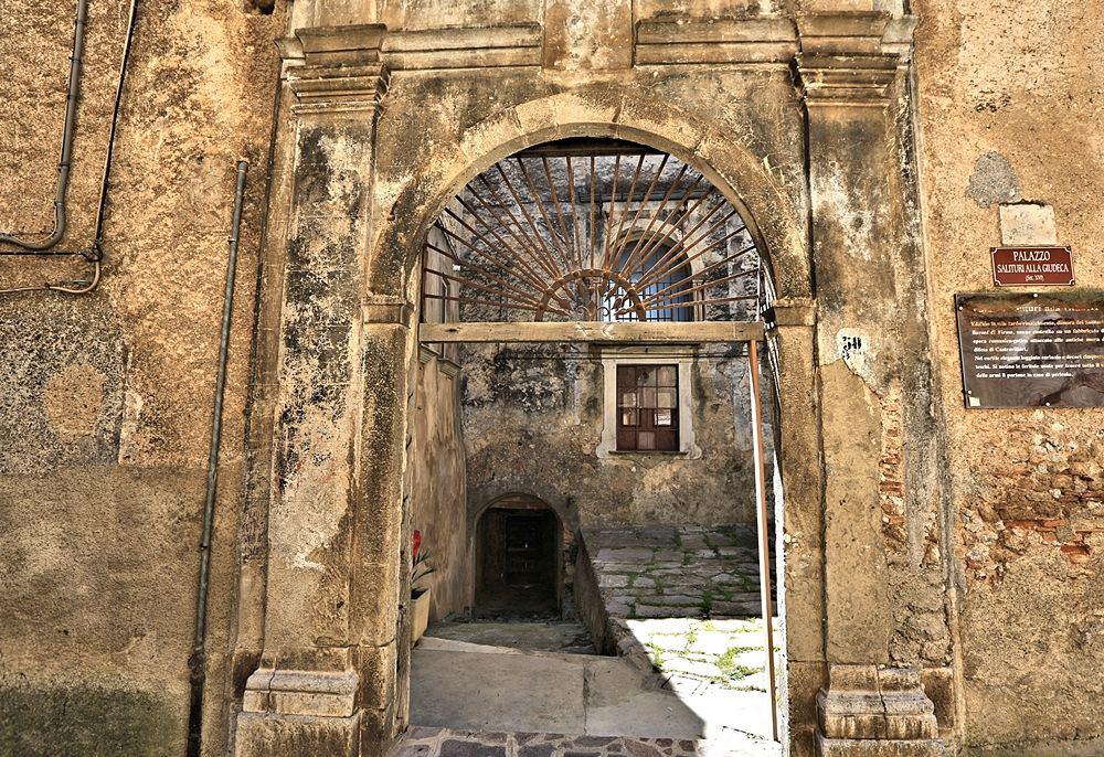 Portale d'ingresso al Palazzo Salituri alla Giudeca, XVI sec., Castrovillari - Image by