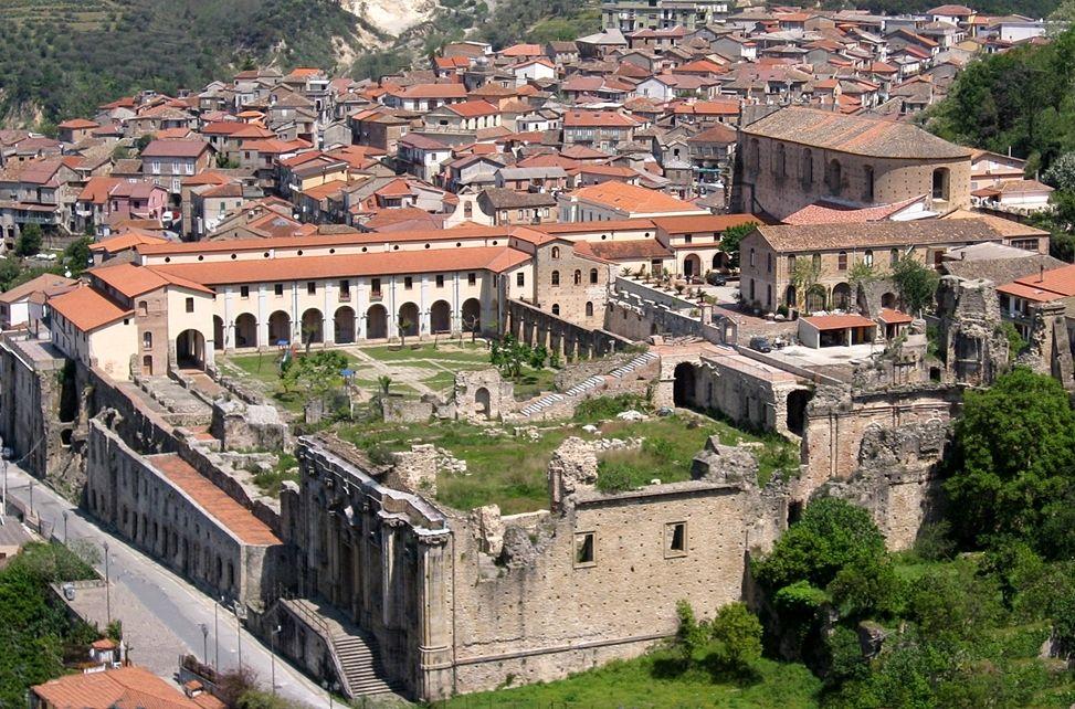 Veduta di Soriano Calabro (VV). In primo piano il Convento di San Domenico con le sue antiche rovine