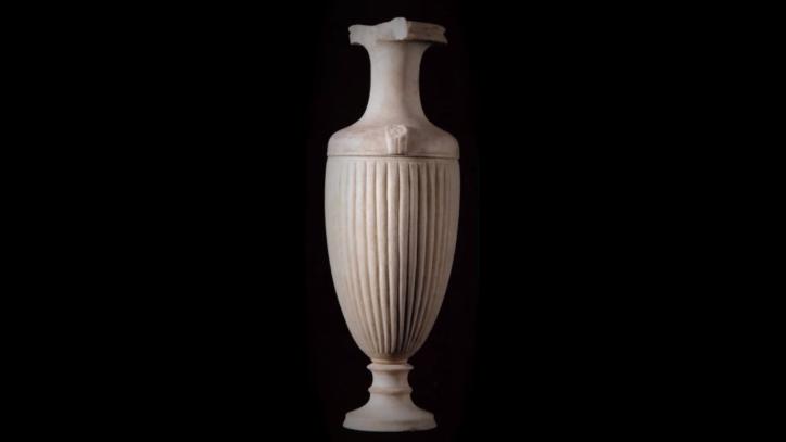 Uno dei vasi-scultura in marmo di Paros restituiti dal Getty, Polo Museale di Ascoli Satriano