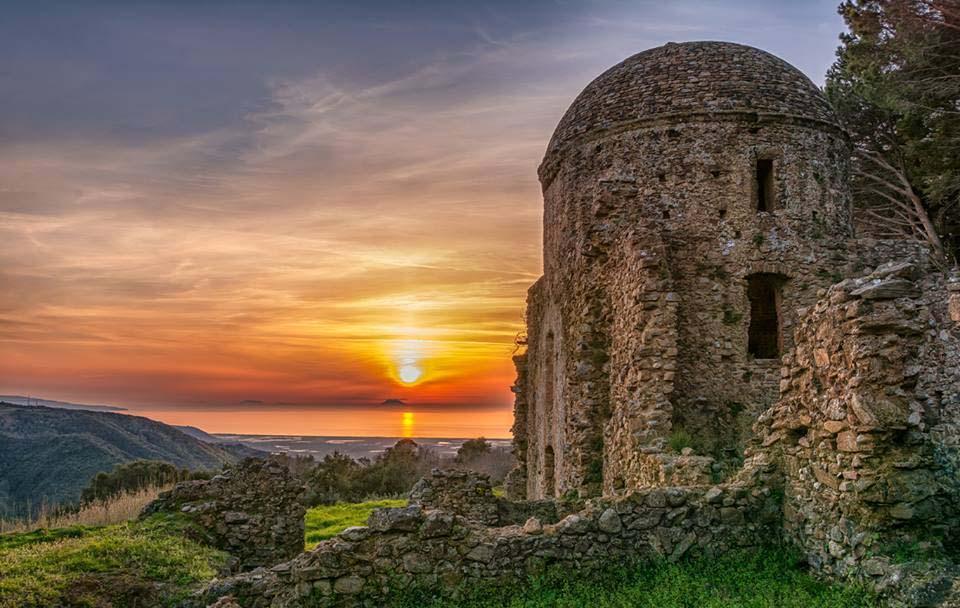 L'eremo di S. Elia al tramonto, Curinga (Cz). Sulla linea dell'orizzonte tirrenico le Isole Eolie - Image souerce