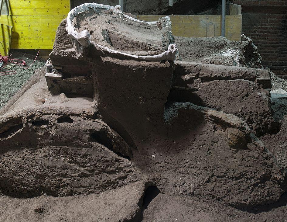 Il carro ancora inglobato nel materiale vulcanico - Ph. © Luigi Spina