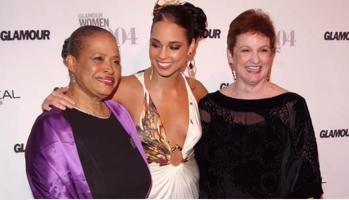 Alicia Keys tra la nonna paterna (a sin.) e sua madre Terry Augello