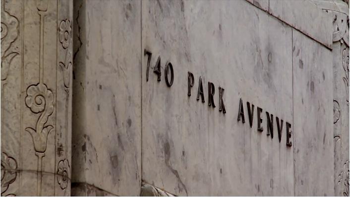 L'insegna in metallo del civico 740 Park Avenue, NY