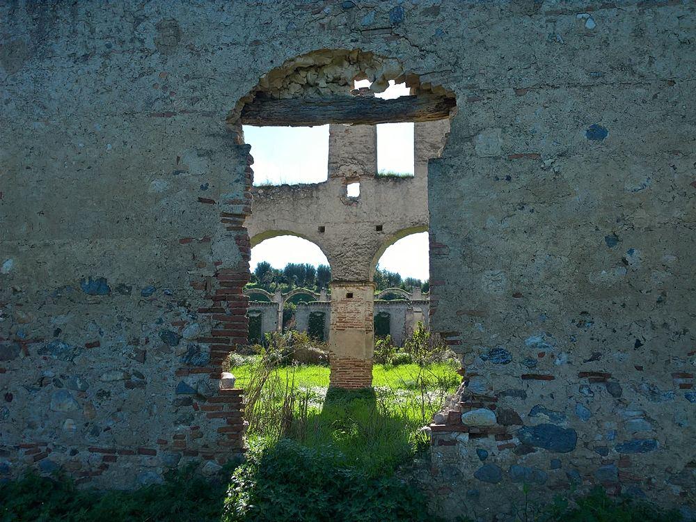 Castello di San Mauro, scorcio dell'ala a grandi arcate, XVI sec., Corigliano-Rossano (Cs)