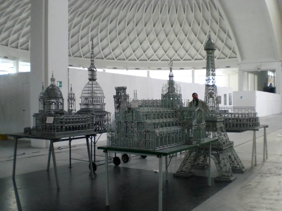 Antonio Catolla con alcune sue opere durante una mostra a Torino Esposizioni