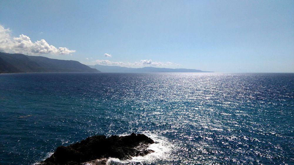 Lo Stretto, con la Sicilia sullo sfondo, visto dalla costa calabrese fra Scilla e Bagnara Calabra – Ph. © Famedisud