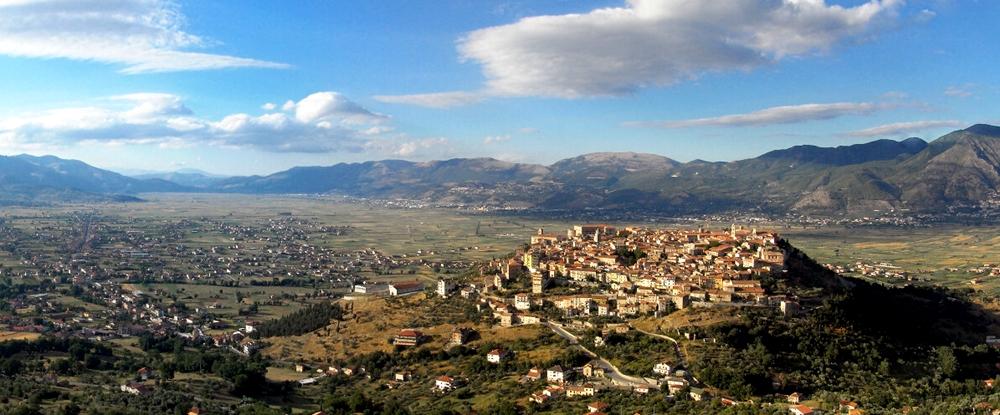 Veduta del Vallo di Diano. In primo piano il borgo di Teggiano - Ph. Enzo D'Elia